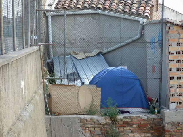 Tienda de camapaña escondida entre los solares del centre històric de Lleida