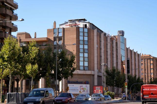 El primer hipermercado se situó en el interior del casco urbano, en el Gran Passeig de Ronda Cecília López