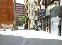 Comercios africanos, entre ellos muchas peluquerías, en la zona alta del centro histórico de Lleida Cecília López