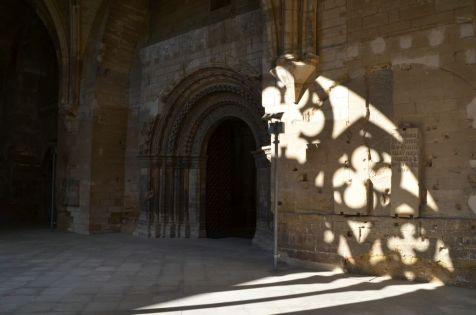 Entrada a la iglesia desde la galería del claustro