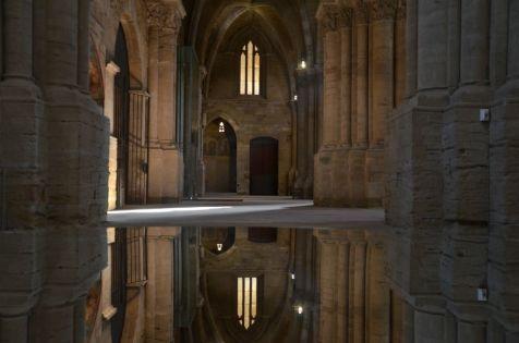 Interior de la iglesia de la Seu Vella vista desde un espejo. Cecília López