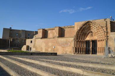 La plaza y la Puerta de los Apóstoles