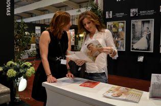 Una futura novia ojea el catálogo de la nueva colección de vestidos en el Saló De Nuvis de Lleida. Cecília López