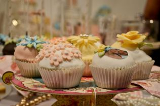 Las bodas han importado los cupcakes y la repostería creativa en tartas nupciales americanos. Cecília López