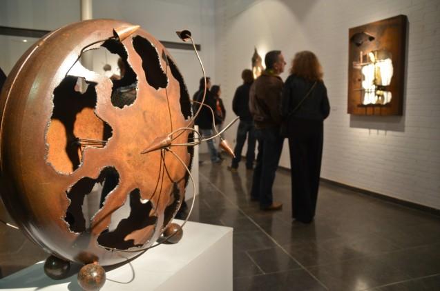 Momento de la inauguración de la exposición 'Thempo', colección de esculturas de Rodenas, en la galeria de arte Espai Cavallers. Cecília López