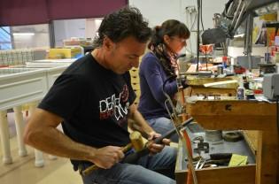 Los joyeros Arcadi y Estefi Climent en su taller en Centre d'artistes i artesans de Lleida. Cecília López
