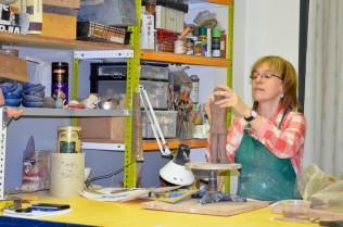 Monti Mateu, ceramista, trabajando en su taller en la Centre d'artistes i artesans de Lleida. Cecília López