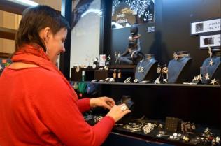 Judith Tremosa junto a su colección de joyas realizadas en plata. Cecília López