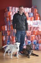 Antonio Foix, junto a sus perros Anubis y Keyra, es el primer receptor de la ayuda del Banco de Alimentos para Mascotas de Lleida Cecília López