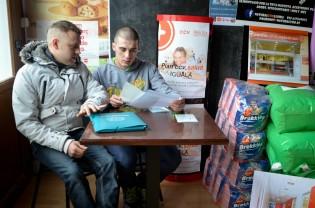 Francisco Silva, en paro, entrega la documentación para poder percibir la ayuda del Banco de Alimentos para Mascotas de Lleida Cecília López
