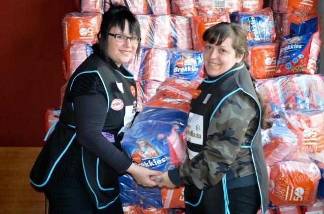 Elisabeth Gómez y Raquel Herranz son voluntarias del Banco de Alimentos para Macotas de Lleida. Cecília López