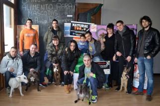 Varios voluntarios y receptores de la ayuda en el almacén del Banco de Alimentos de Mascotas de Lleida. Cecília López