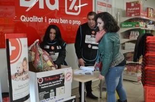 Aida Pont y Juan Pescador, voluntarios recogiendo una donación de pienso en un punto de recogida Cecília López