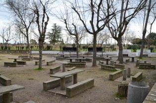 Pocas mesas quedan en pie en la zona de picnic del antiguo parque de Les Basses. Cecília López