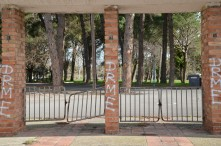 Detalle de las puertas de entrada al Parque Municipal Alcalde Pons, Les Basses d'Alpicat. Cecília López