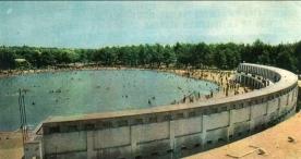 Postal antigua de les Basses d'Alpicat con multitud de bañistas. Paeria