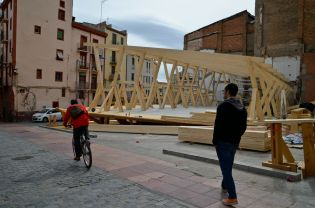 Montaje de la estructura de la tienda de Desigual en uno de los solares del Mercat del Pla Cecília López