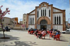El bar de delante del Mercat del Pla, lleno en el día de la inauguración del centro comercial de outlets. Cecília López.