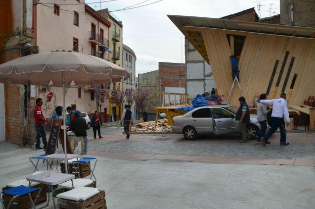 Los vecinos del barrio han seguido con expectación, durante semanas, los preparativos en los solares del Mercat del Pla. Cecília López.