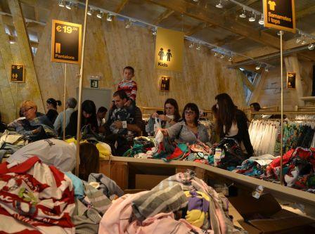Gente comprando en la tienda Desigual, el primer sábado del Mercat del Pla. Cecília López