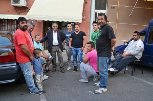 El patriarca y presidente de la Asociación Cultural Gitana de Lleida, Antonio Salazar, reunido con algunos de los hombres que se dedican a buscar chatarra Cecília López