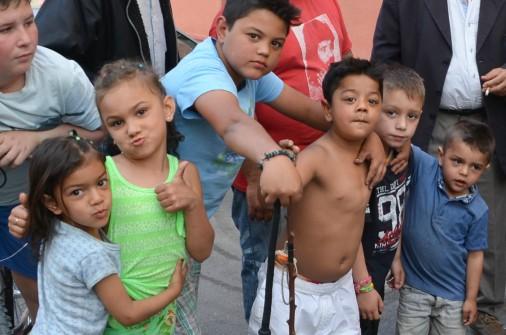 Los hijos y los nietos de los chatarreros de la Mariola de Lleida juegan mientras los mayores tratan el problema de la supervivencia del sector. Cecília López