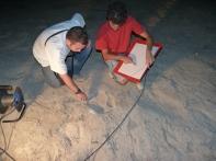 Trabajos nocturnos para determinar unas huellas de dinosaurio en Conca Dellà. Àngel Galobart