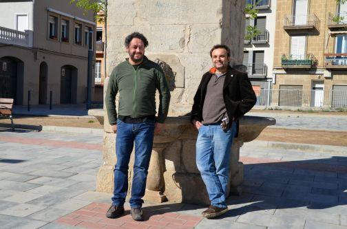 Txema Muñoz y Miquel Sabaté, miembros de la Plataforma per la Dignificació del Pla de l'Aigua, en la Plaça del Dipòsit de Lleida Cecília López