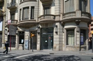 Bancos, cajas de ahorros y empresas afectadas por la crisis han dejado vacíos los locales de la Rambla Ferran de Lleida. Cecília López