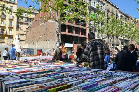 El mercado de antigüedades de los domingos es una de las actividades que atrae más gente a la Rambla de Ferran Cecília López