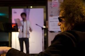 Xavier Baró escucha a su hijo durante el recital de poesía 'A cau d'orella' en Lleida Cecília López