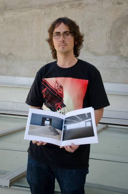 Oliver Villas, fotógrafo leridano autor del proyecto de denuncia 'Al Polígon'. Cecília López