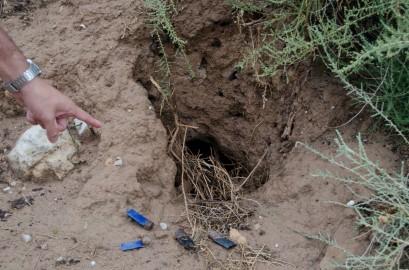 El agricultor señala una de las madrigueras de conejo en su finca. Cecília López