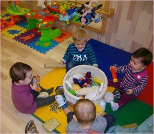 Varios bebés juegan con materiales de distintas texturas y olores para estimular los sentidos Ajuntament de Lleida