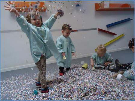 Varios alumnos de las escuelas infantiles de Lleida experimentan con papeles de colores. Ajuntament de Lleida