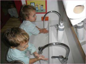 Dos niños se lavan las manos en una de las picas hechas a su medida en las EBM de Lleida Ajuntament de Lleida