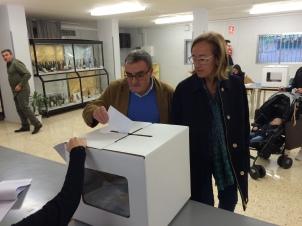 Àngel Ros vota en blanco en l'Escola d'Hoteleria. autor: Archivo facebook Àngel Ros