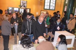 Colas para votar desde primera hora en l'Escola del Treball de Lleida. Cecíília López