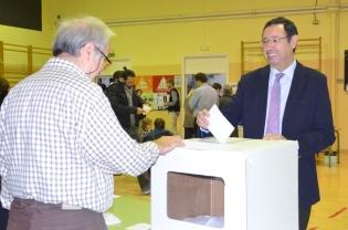 El Delegado del Govern en Lleida, Ramon Farré, ha votado en el Institut Guindàvols a las 11h de la mañana. Cecília López