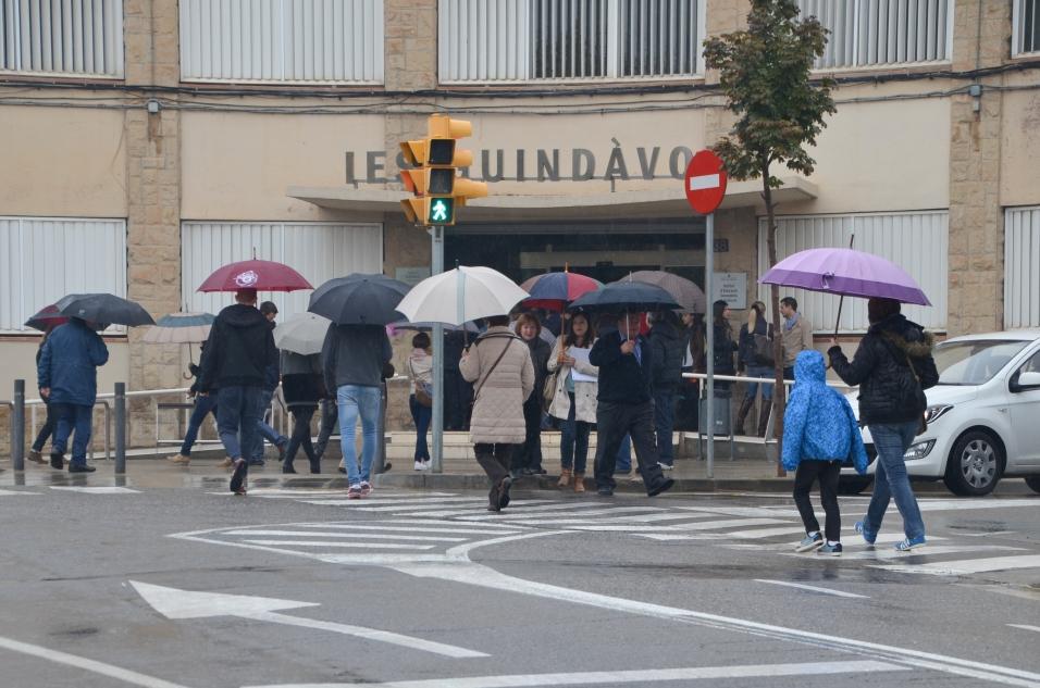 Ciudadanos a las puertas del Institut Guindàvols de Lleida durante el mediodía. Cecília López