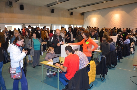 Las mesas en el Institut Ronda de Lleida han tenido muy buena afluencia de participación durante toda la mañana del 9-N. Cecília López