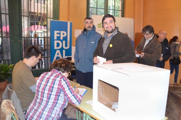 Eduard Baches (ICV), preparado a las 9 de la mañana para votar. Cecília López